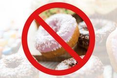 Slutet av glasade donuts traver upp bak inget symbol Fotografering för Bildbyråer