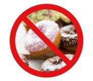 Slutet av glasade donuts traver upp bak inget symbol Royaltyfri Fotografi