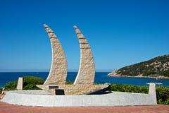 Slutet av granitsteninstallation föreställer upp en segelbåt Arkivbilder