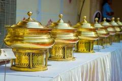 Slutet av guld- strukturer satte upp i ett rått över en tabell med vitt tyg, i stadsslott i Jaipur, Indien arkivbilder
