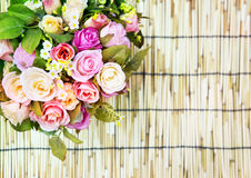 Slutet av härliga konstgjorda flerfärgade rosor blommar upp bouque Fotografering för Bildbyråer
