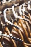 Slutet av Hadlebars av parkerade cyklar cyklar upp för hyra Arkivbilder