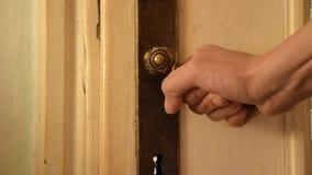 Slutet av kvinnahanden önskar upp att öppna den gamla nära dörren stock video