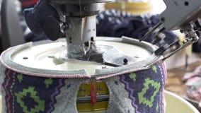 Slutet av kvinnan räcker upp att sy en overlock på symaskinen lager videofilmer