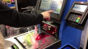 Slutet av kvinnan som betalar foods på självkontrollen ut, kontrar upp lager videofilmer