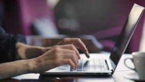 Slutet av kvinnliga eleganta händer med rött spikar upp maskinskrivningtext på tangentbordet av bärbara datorn Den unga affärskvi stock video