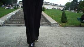 Slutet av kvinnlign lägger benen på ryggen upp att gå upp trappan stock video