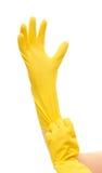 Slutet av kvinnlign räcker upp att sätta på gula skyddande rubber handskar Royaltyfri Foto