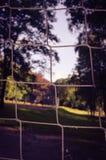 Slutet av målet förtjänar upp i fotbollfält fotografering för bildbyråer
