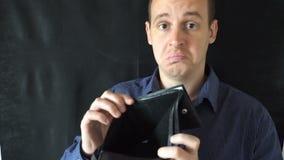 Slutet av manlig affärsman` s räcker upp uppvisning av den tomma plånboken Begrepp av personlig eller affärskonkurs, finanskris lager videofilmer