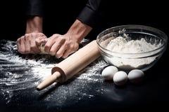 Slutet av mans upp händer som bakar bröd fotografering för bildbyråer