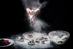 Slutet av mans upp händer som förbereder kakor arkivbild