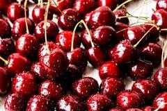 Slutet av nya Cherry Berries med vatten tappar upp Fotografering för Bildbyråer