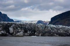 Slutet av tungan av en glaciär arkivbilder