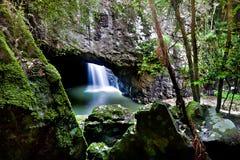 Slutet av vaggar upp och en vattenfall i grottan fotografering för bildbyråer
