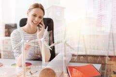 Slutet av vindturbiner modellerar upp på tabellen av en kvinnlig tekniker royaltyfria bilder