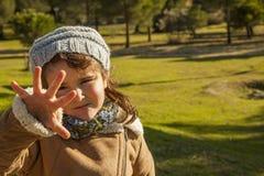 Slutet behandla som ett barn upp flickan med ger mig uttryck fem Royaltyfria Foton