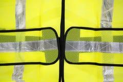 Slutet beskådar av den fluorescerande gula säkerhetsvesten Arkivbilder