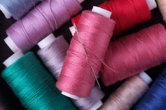 Slutet för bästa sikt av den spridda färgrika bomullstråden rullar ihop upp med visaren royaltyfri bild