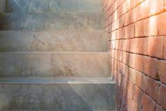 Slutet för främre sikt av grått tömmer upp konkret trappa med den bruna tegelstenväggen royaltyfri fotografi