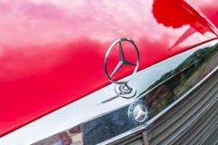 Slutet för logo för Mecedes Benzmetall sköt upp arkivfoton