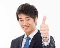 Slutet för man för affär för visningtumme sköt det asiatiska unga upp Royaltyfria Foton