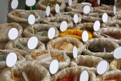 Slutet hänger löst upp av kryddor med tomma prislappar Royaltyfria Foton