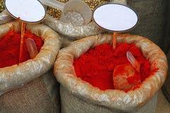Slutet hänger löst upp av kryddor med tomma prislappar Arkivbild