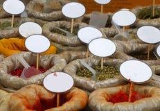 Slutet hänger löst upp av kryddor med tomma prislappar Royaltyfria Bilder