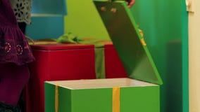 Slutet lurar upp att öppna asken med leksaker i dagis stock video
