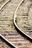 Slutet lurar upp träjärnvägspåret med den selektiva fokusen, bakgrund royaltyfri bild