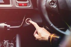 Slutet räcker upp att kontrollera lube den olje- nivån av bilmotorn från djupt-s royaltyfri foto