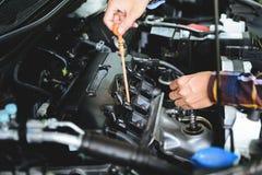 Slutet räcker upp att kontrollera lube den olje- nivån av bilmotorn från djupt-s royaltyfria foton