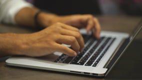Slutet räcker upp multitaskingmannen som använder bärbar datorförbindande wifi stock video