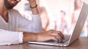 Slutet räcker upp multitaskingmannen som använder bärbar datorförbindande wifi arkivfilmer