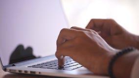 Slutet räcker upp multitaskingmannen som använder bärbar datorförbindande wifi lager videofilmer