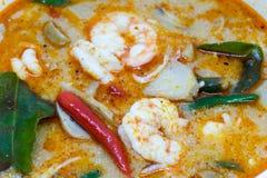 Slutet returnerar upp den gjorda flodräkan kryddig soppa eller Tom Yum Kung kryddigt thai för mat Arkivbild