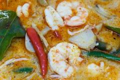 Slutet returnerar upp den gjorda flodräkan kryddig soppa eller Tom Yum Kung kryddigt thai för mat Royaltyfria Bilder