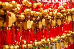Slutet ror upp fantaster som hänger guld- bönklockor för att välsigna på på Wong Tai Sin Temple, Hong Kong royaltyfri foto