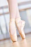 Slutet sköt upp av dansben av ballerina i pointes royaltyfria foton