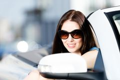 Slutet sköt upp av den nätta kvinnliga chauffören arkivbild