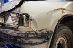 Slutet sköt upp av den skadade bilen Främre skada royaltyfri bild