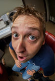 Slutet sköt upp av den unga mannens framsida med en Fisheye Lens royaltyfri fotografi