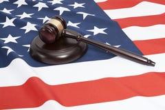 Slutet sköt upp av en domareauktionsklubba över USA-flagga royaltyfri bild