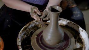 Slutet sköt upp av händer för kvinna` ett s, modern skapar en modell på en lerakruka med hjälpmedel, produktställningarna på en k stock video