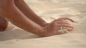 Slutet sköt upp av kvinnans händer som begraver i sanden stock video