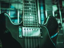 Slutet sköt upp av rader för elektrisk gitarr arkivbild