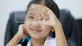 Slutet sköt upp den asiatiska lilla flickan i thailändsk dagisstudentlikformig genom att använda cleasexponeringsglas samma som d lager videofilmer