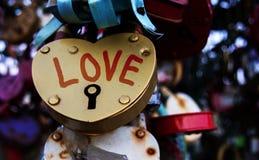Slutet sköt upp i formen av en förälskelseslotthjärta som låstes på en räckebro moscow Royaltyfria Bilder