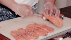 Slutet sköt upp kocken klippta nya röda fisken stock video